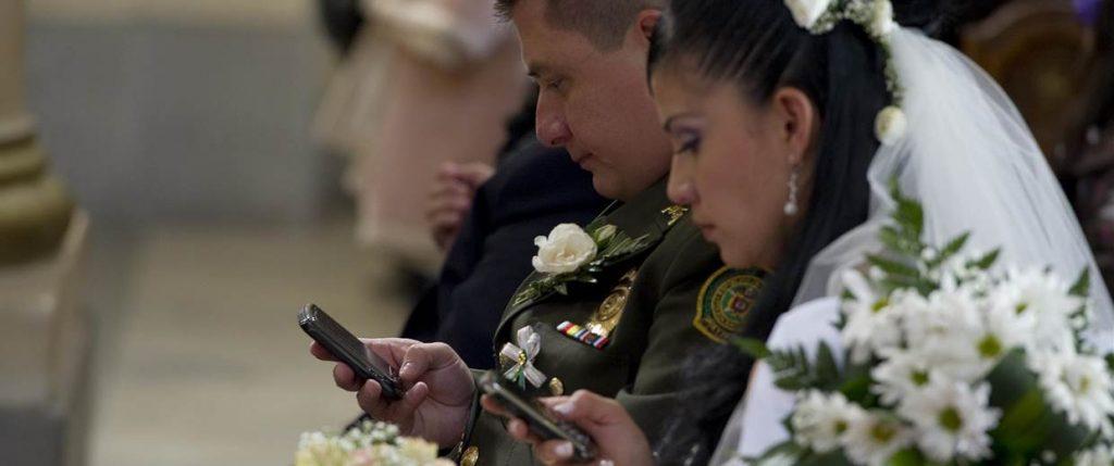 mobiltelefon esküvőn