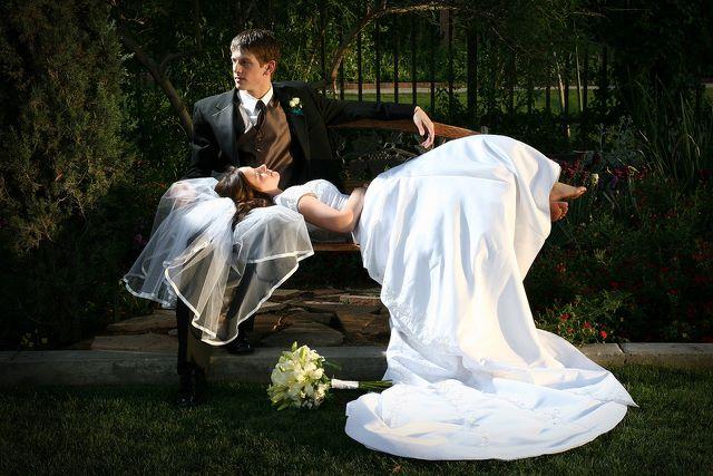 esküvői fotózás a padon